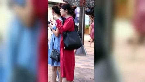 街拍:小姐姐,你觉得穿紧身裤舒服,还是穿超短裙舒服呀?