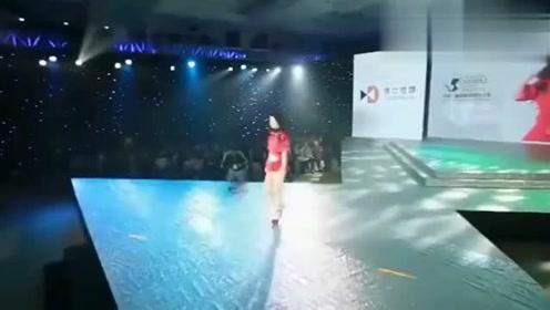 大学生模特大赛,美女一身红色小短裙,真的是惊艳夺目!
