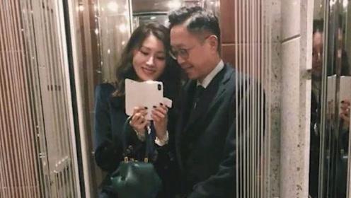 李嘉欣花式秀恩爱,学年轻人在电梯对镜自拍,