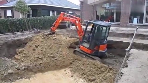 神奇挖掘机:司机在干嘛,看不懂他的操作