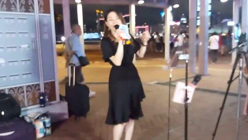 街头妹子演唱《听心》歌声优美动听,引路人观看
