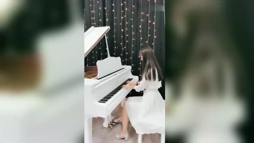 钢琴小姐姐来了,弹奏一曲虹之间,这熟悉的音乐令人感动