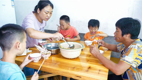 婆婆炖一锅鸡肉,孩子大口大口吃肉,自家养的土鸡就是香