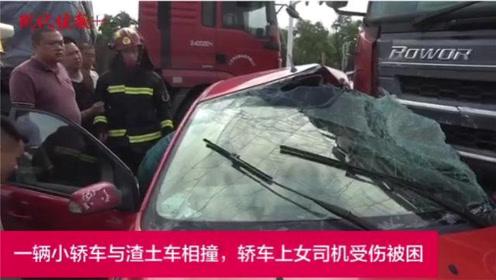 两车相撞司机被困,一群人抬车救人的场面太震撼