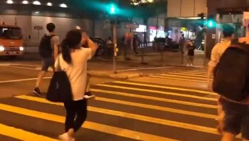 香港的生活:香港妈妈实拍香港晚上7,30的菜市场,青菜10块3份,路人都盯着她拍视频
