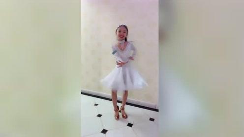 最近这视频火了,小姐姐室内拉丁舞表演,跳的真是棒极了