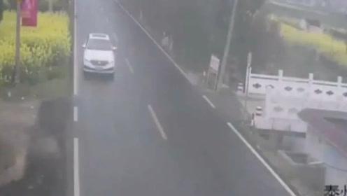 美女违章停车拍短视频,害得后车家破人亡,监控还原可怕全过程