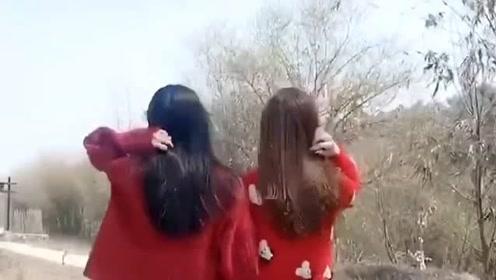 搞笑视频:跟着姑娘去后山玩,总感觉有点眼花