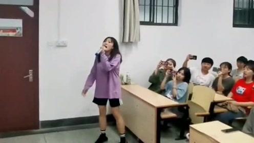 大学生比拼音乐实力,大神级别的人一开嗓就征服了她们,一首《泡沫》贼好听