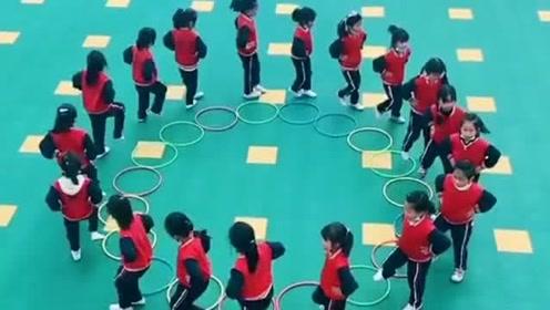 幼儿园小朋友古灵精怪,随着音乐节奏配合跳舞,呆萌可爱的样子好可爱 !