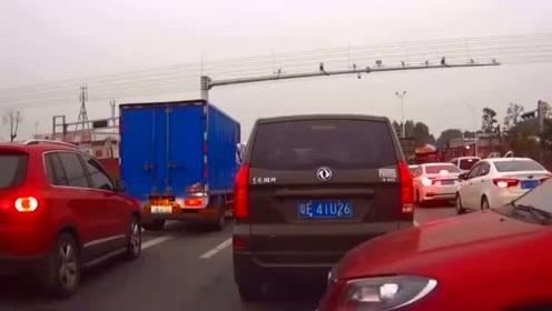 丰田女司机霸气加塞,视频车只能干瞪眼