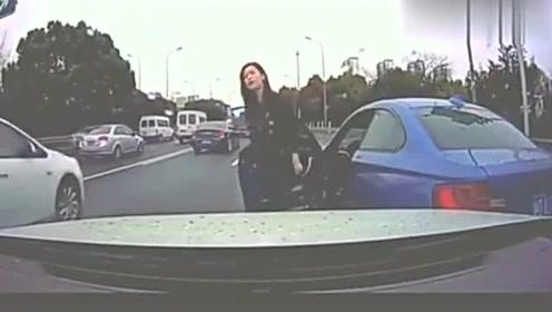 宝马女司机强行加塞,,以为长得有几分姿色,全世界都应该让着她!