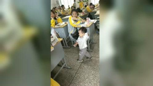 小朋友走进教室,和学生们打成一片,实在太可