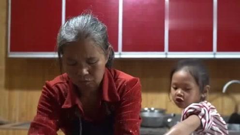 农村王四:老王给90岁老妈洗脚,她说了句心里话,听着让人感动