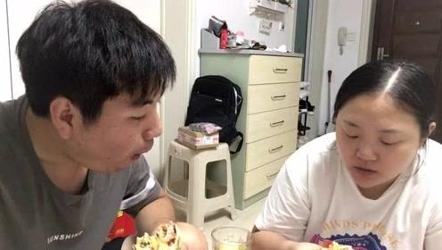 老婆一天没吃饭,晚上买了她最爱吃的鸡蛋灌饼,吃的真过瘾