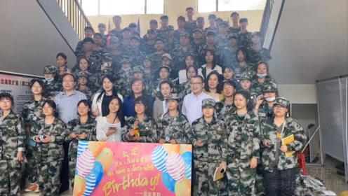 与祖国同生日!武汉工程科技学院为大一新生办成人礼,爱意满满