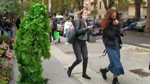 国外恶搞:街头对着美女恶作剧,路过的美女无一幸免