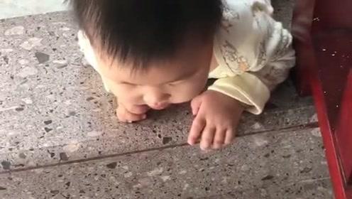 宝宝下楼的方式你们知道吗?才几个月就知道往下爬,突然感觉好聪明!
