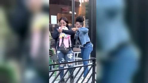 美国街头恶搞,小伙舞姿奇特,旁边的美女表示没眼看