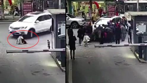 女孩独自乘车回家,不慎被撞倒车底碾压,下一秒众人暖心抬车救援