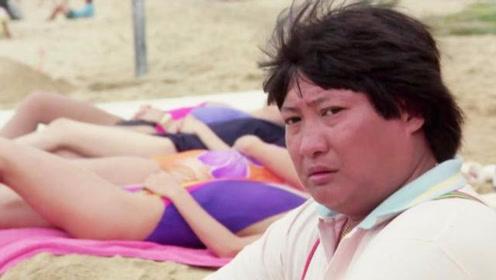 小伙在沙滩上挖地道接近美女,结果被小胖发现,真是看一遍笑一遍