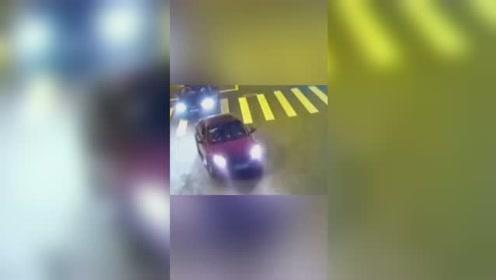 上海16岁男孩开着朋友借来的车追尾,对方知其无证驾驶索赔6万