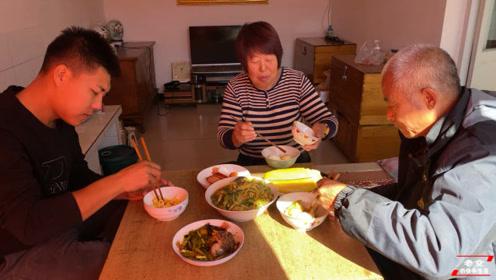 晋北农村最爱吃的美食,黄糕搭配大烩菜,一家人坐在热土炕吃香了