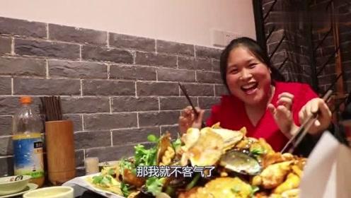 胖妹和朋友吃饭,吃特色美食,胖妹心情瞬间高兴