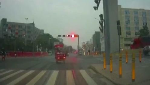 行车记录仪:尴尬的走神,撞上视频车后电动车男子笑了,还有点懵?!