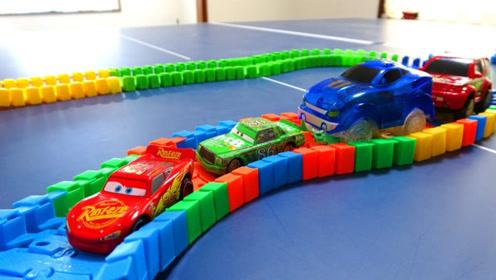 小汽车在彩虹赛道上行驶