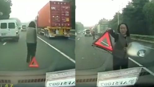 女子车辆抛锚后竟站在警示牌旁,后车差点一头撞上!下一秒她理直气壮极了!