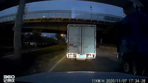 行车记录仪:前方车道变窄,大货车蛮横加塞,视频车无辜遭殃!
