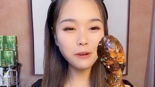 萱萱开饭了,八爪鱼吃得津津有味的,太可爱了