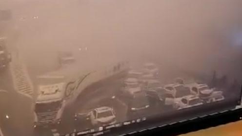 高速车辆起火浓烟弥漫致十余辆车连环追尾 监控记录惊险瞬间