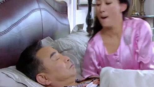 美女睡醒后,开始找大爷捣乱,真是搞笑