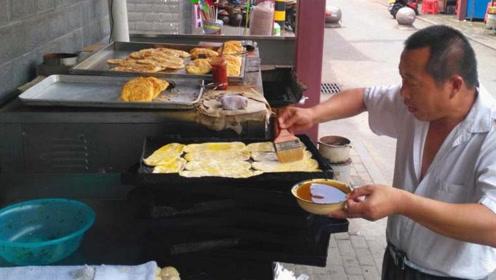 江西大叔开店卖小吃20多年,先煎再烤有讲究,1.5一个好吃又实惠