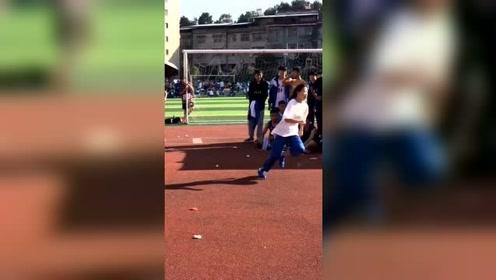 再也不敢小看女孩子了!校园体育比赛,美女霸气跳跃瞬间惊呆全场