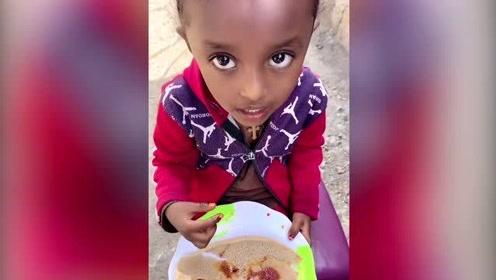 非洲女友做的英吉拉美食,来串门的小朋友吃的真开心,密集恐惧症别点进来