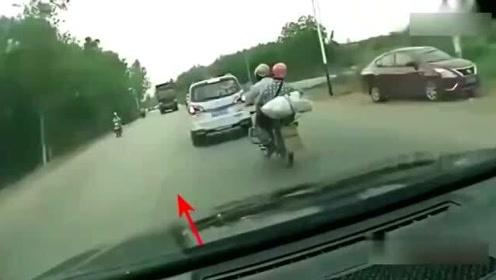 摩托车夫妻丧命大货车轮,女司机吓得大声尖叫,视频拍下可怕画面