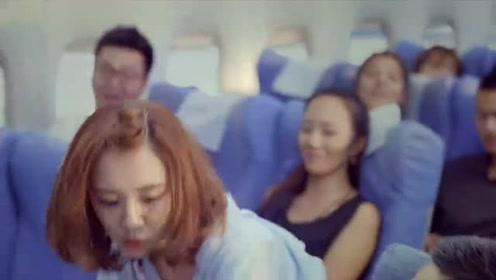 体育老师:马克坐飞机睡正香,怎料突然掉下一堆*,表情太逗了