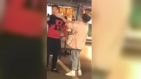 女子街头掌掴男子 男子不还手还淡定自拍