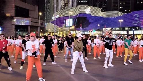 四川成都3男子跳广场,把广场舞跳得女人都嫉妒,背景音乐真好听