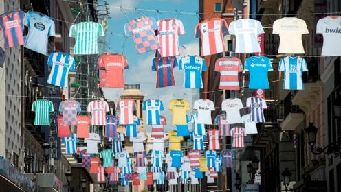 西甲复赛球迷们的欢乐回归!西班牙街道挂满球衣呼应西甲归来