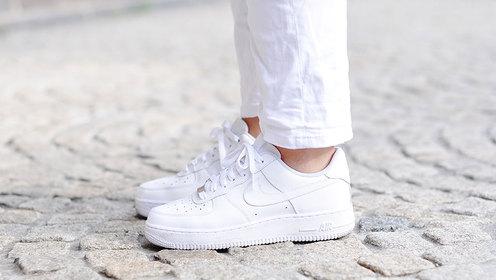 神奇!用牙膏和卸甲水将白鞋瞬间洗干净