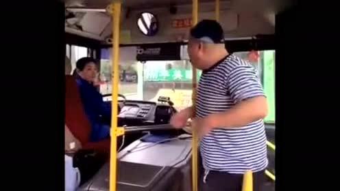 傻子坐公交,气翻女司机