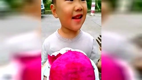 可爱小朋友吃火龙果,萌萌哒