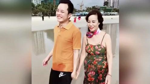 62岁女子嫁给26岁小伙 经常撒狗粮