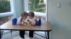 双胞胎的乐趣,好喜欢这兄弟俩