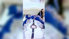 媳妇睡觉不盖被子,老公看到后一个简单动作,接下来一幕暖心了!