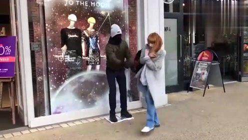爆笑视频:国外街头恶搞,小伙伪装好后坐路边